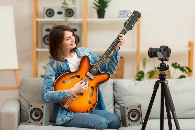 Retrato do blogger gravando videoclipe Foto Premium