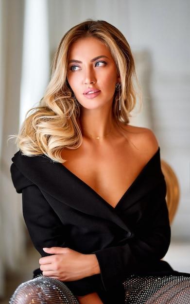 Retrato do close-up de mulher elegante. mulher loira com cabelo encaracolado bonito. mulher bonita loira de cabelo longo encaracolado com maquiagem de beleza e retrato de moda feminina de pele saudável. Foto gratuita