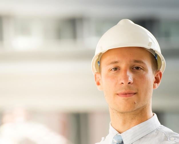 Retrato do close-up do engenheiro profissional no capacete. Foto Premium