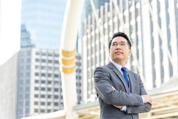 Retrato do distrito comercial de homem de negócios asiático, líder de executivos visionários sênior com visão de negócios - conceito de estilo de vida de pessoas Foto gratuita