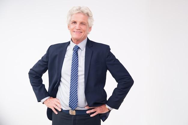 Retrato do estúdio do homem de negócios sênior bem sucedido Foto gratuita