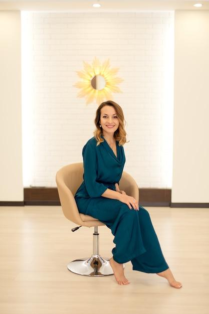 Retrato do instrutor de ioga mulher linda posando para aulas de ioga Foto Premium