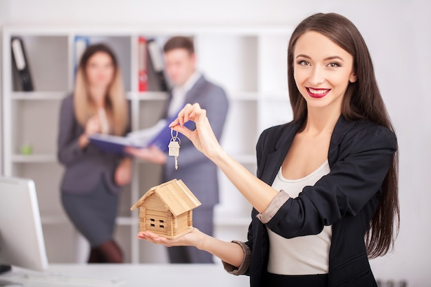 Retrato do mediador imobiliário com a família que obtem a home nova. Foto Premium