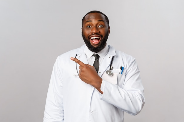 Retrato do médico afro-americano ou médico de uniforme branco. Foto Premium