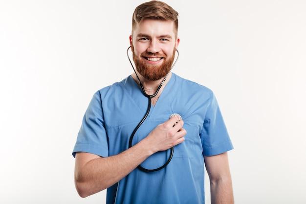 Retrato do médico homem com estetoscópio Foto gratuita