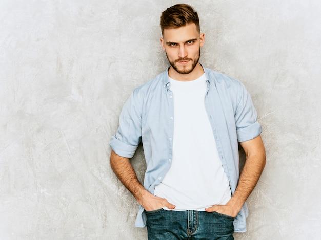 Retrato do modelo de jovem bonito, vestindo roupas de camisa casual. moda elegante homem posando Foto gratuita