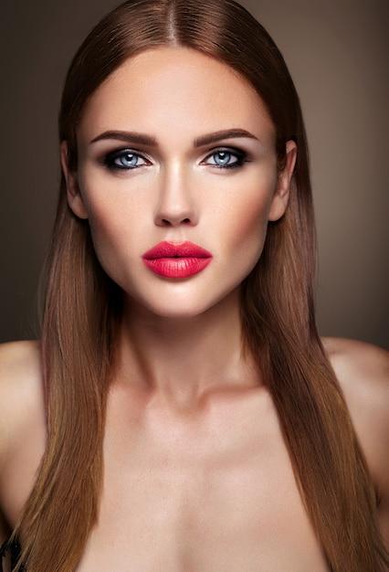 Retrato do modelo de menina bonita com maquiagem de noite e penteado romântico. lábios rosados Foto gratuita