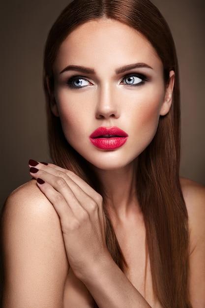 Retrato do modelo de menina bonita com maquiagem de noite e penteado romântico. lábios vermelhos Foto gratuita