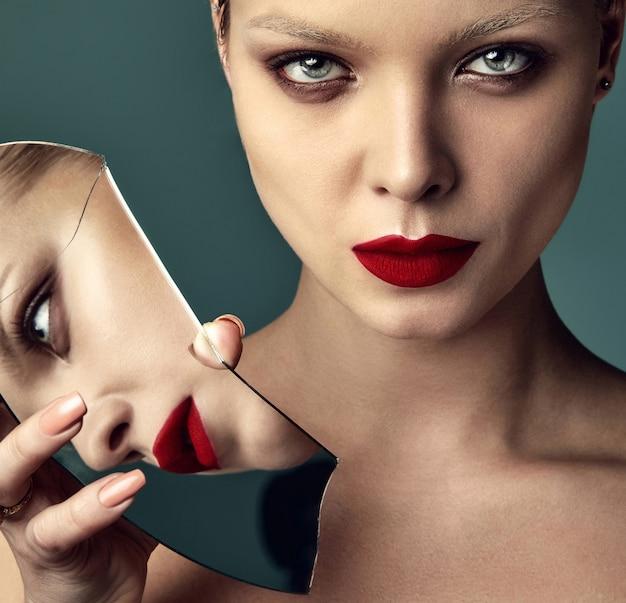 Retrato do modelo de moda elegante mulher morena bonita com maquiagem de noite e lábios vermelhos na jaqueta branca Foto gratuita