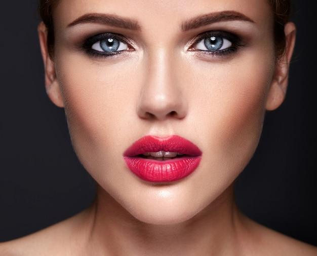 Retrato do modelo de mulher bonita com maquiagem de noite e penteado romântico. Foto gratuita