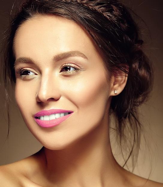 Retrato do modelo de mulher bonita com maquiagem diária fresca e lábios vermelhos Foto gratuita