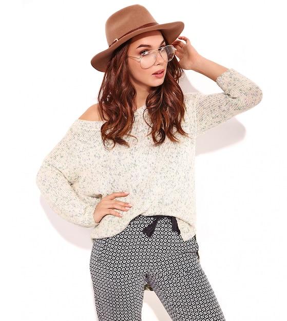 Retrato do modelo elegante jovem em roupas de verão casual no chapéu marrom com maquiagem natural em copos isolados. Foto gratuita