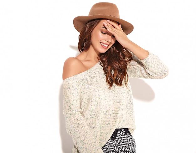 Retrato do modelo jovem elegante em roupas de verão casual no chapéu marrom com maquiagem natural isolada. Foto gratuita