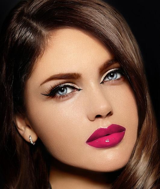 Retrato do modelo sexy elegante caucasiano mulher jovem e bonita com lábios naturais-de-rosa Foto gratuita