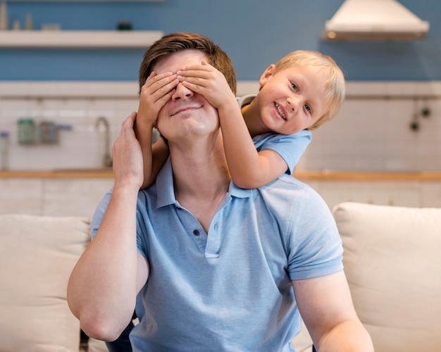 Retrato do pai brincando com o menino Foto gratuita