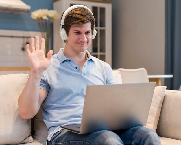 Retrato do pai em videoconferência em casa Foto gratuita