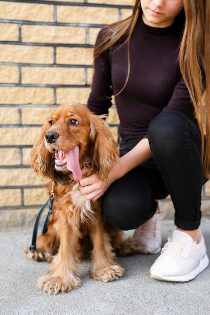 Retrato do proprietário com seu cachorro Foto gratuita