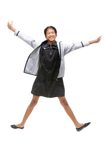 Retrato do salto asiático preto da criança isolado no branco. Foto Premium