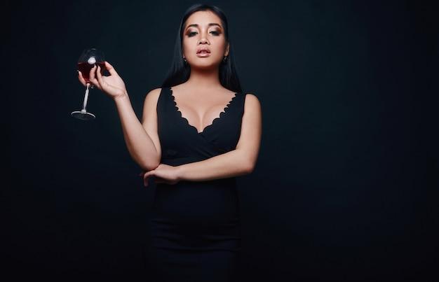 Retrato dos ganhos da forma do asiático elegante bonito Foto Premium