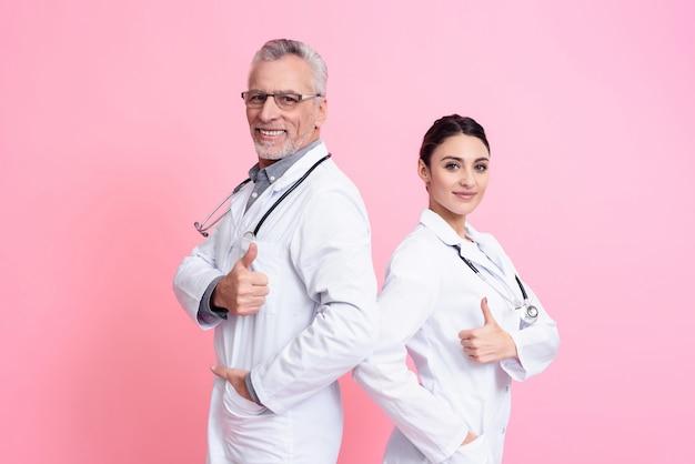 Retrato dos médicos masculinos e femininos a sorrir. Foto Premium