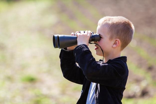 Retrato em perfil de menino loiro bonito bonito Foto Premium