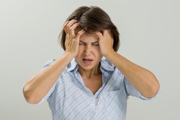 Retrato estressado mulher triste. Foto Premium
