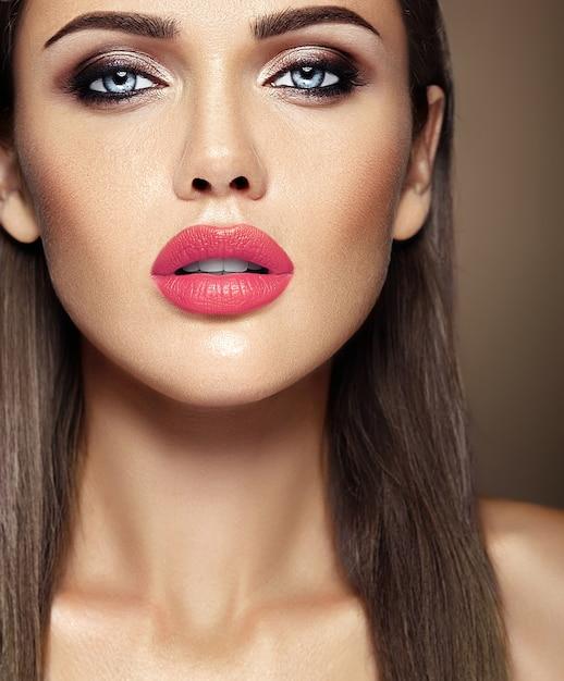 Retrato glamour sensual da senhora modelo linda mulher com maquiagem diária fresca com lábios cor de rosa cor e rosto de pele saudável limpa Foto gratuita