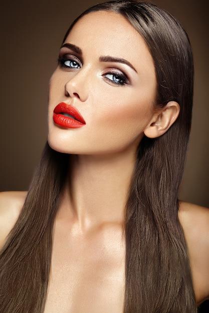Retrato glamour sensual da senhora modelo linda mulher com maquiagem diária fresca com lábios vermelhos cor e rosto de pele limpa e saudável Foto gratuita