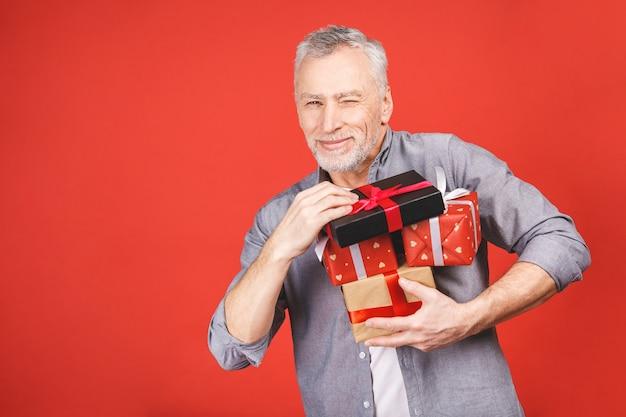 Retrato, homem sênior super animado feliz, caixas de presente abertas, desembrulhadas, isoladas, apreciando seu presente. emoção humana positiva, expressão facial, sentimento de atitude, reação. Foto Premium