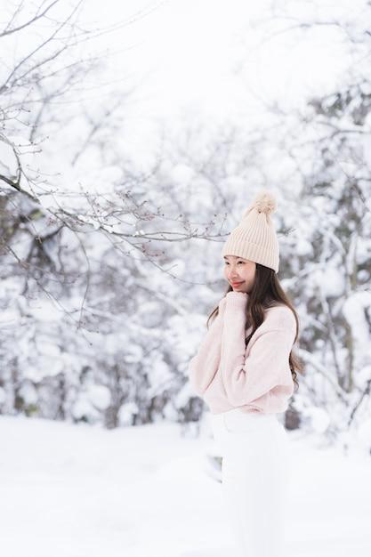 Retrato, jovem, bonito, mulher asian, sorrizo, viagem feliz, e, desfrute, com, neve, inverno, estação Foto gratuita