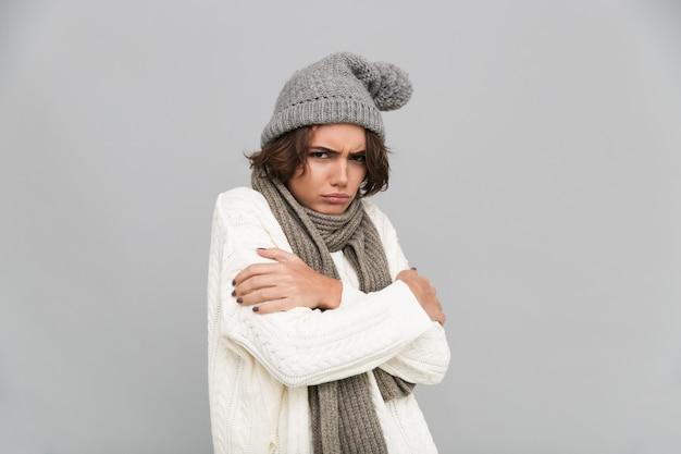 Retrato, jovem, congelado, mulher, cachecol, chapéu Foto gratuita