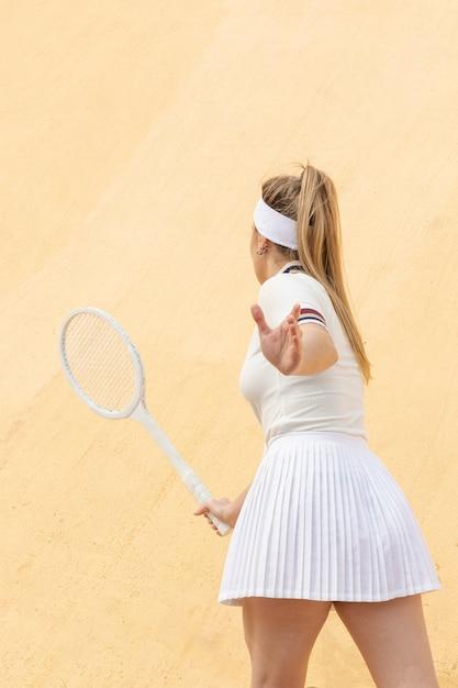 Retrato jovem jogando tênis Foto gratuita