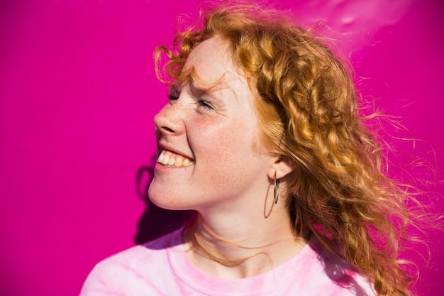 Retrato linda fêmea com sardas Foto gratuita
