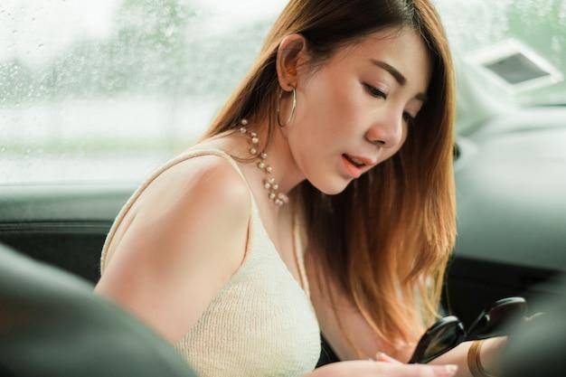 Retrato linda mulher asiática no carro. Foto Premium