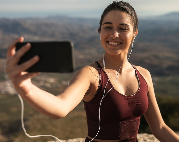Retrato linda mulher tomando selfie Foto gratuita