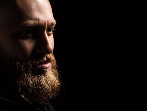 Retrato masculino de um cara com barba Foto Premium