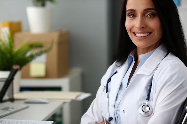 Retrato médico feminino indiano contra o hospital Foto Premium