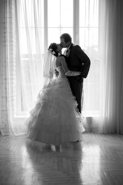 Retrato mostrado em silhueta de uma noiva e de um noivo Foto Premium