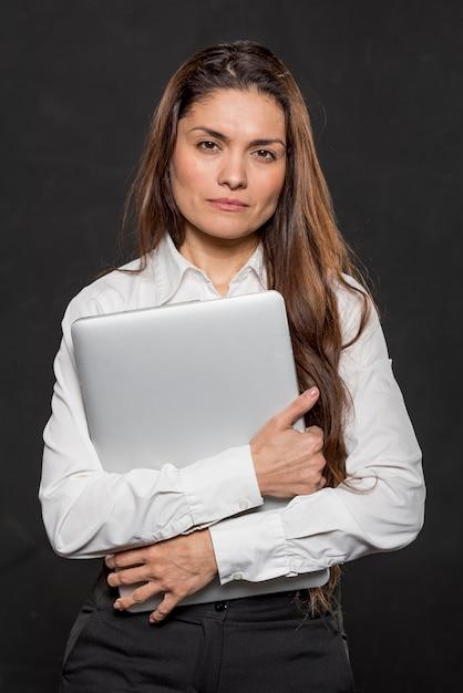 Retrato mulher bonita com laptop Foto gratuita