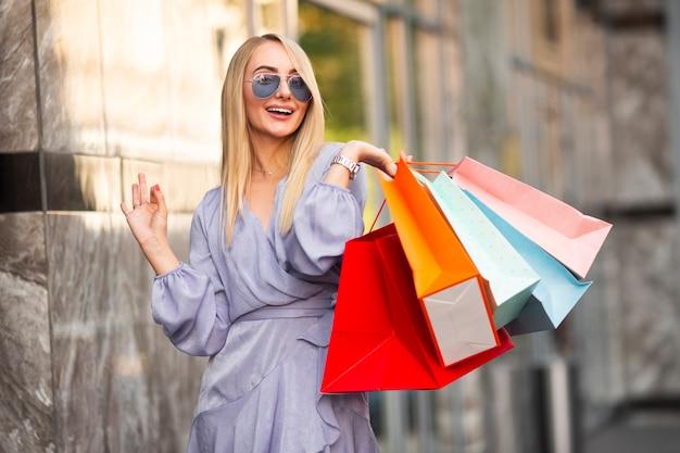 Retrato mulher bonita em tempo de compras Foto gratuita