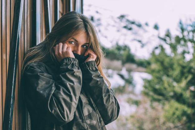 Retrato mulher bonita jovem no inverno em uma cabana na neve Foto Premium