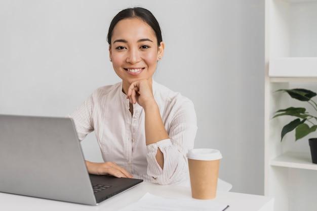 Retrato mulher bonita no modelo de escritório Foto gratuita