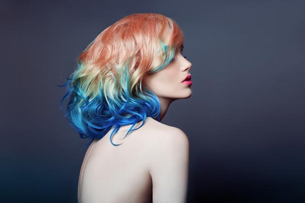 Retrato mulher brilhante colorido voando coloração de cabelo Foto Premium