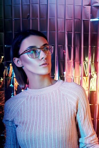 Retrato, mulher, néon, colorido, reflexão, óculos Foto Premium