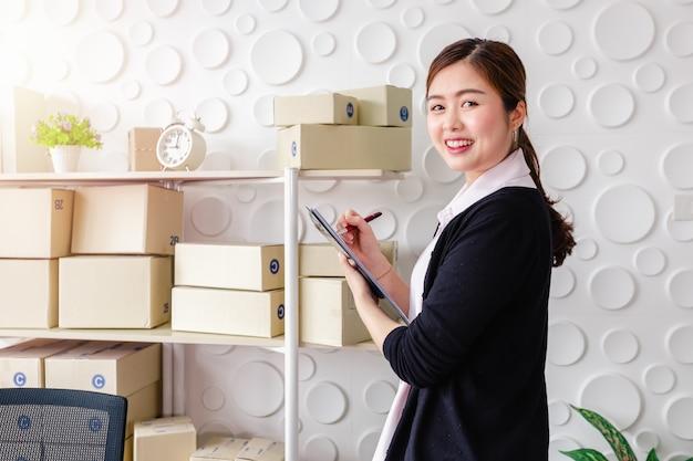 Retrato, mulheres jovens asiáticas, ficar, sorrizo, em, escritório lar Foto Premium
