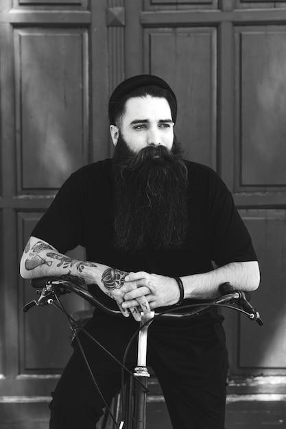 Retrato preto e branco de um ciclista elegante Foto gratuita