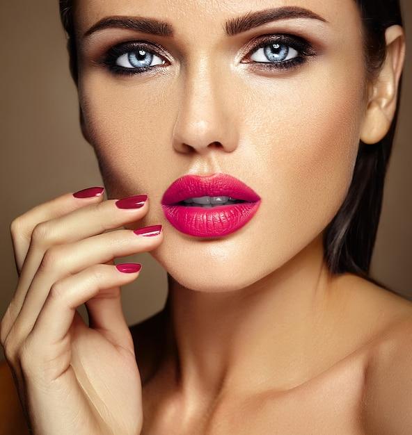 Retrato quente de glamour sensual da senhora modelo linda mulher com maquiagem diária fresca com lábios cor de rosa e rosto de pele saudável limpa Foto gratuita