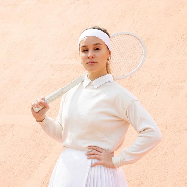 Retrato tenista mulher bonita Foto gratuita