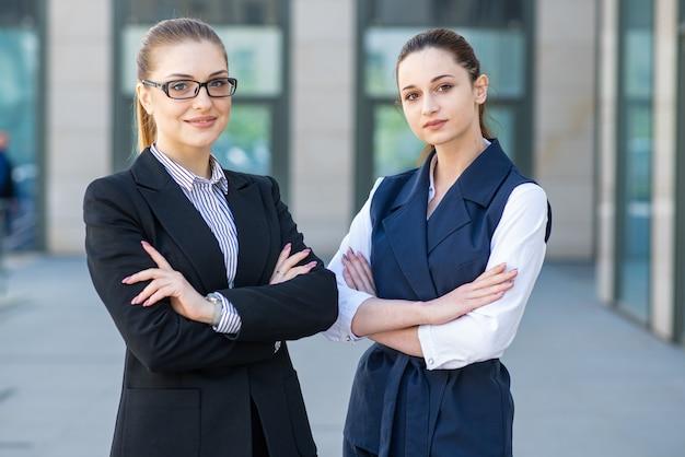Retratos de belas jovens empresárias de sucesso Foto Premium