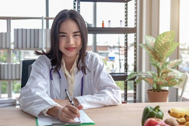 Retratos de médicas gravando na mesa Foto Premium